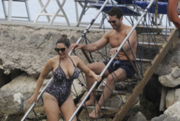 Kelly Brook, vacanze d'amore a Capri.